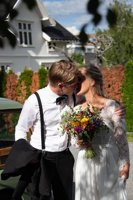 Reportasjebilde: Brud og Brudgom kysser