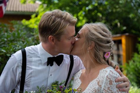Reportasjebilde brud og brudgom kysser.
