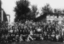 Die Teilnehmer am 12. Dermatologen-Kongress in Hamburg vom 15. bis 19. Mai 1921 (aus dem Nachlass von Dr. Jan Antoni, der seine dermatologische Ausbildung unter anderem bei Delbanco und Arning erfahren hatte und in Hamburg als Hautarzt praktizierte – im Besitz von Carl Schirren). In der Mitte sitzend in der ersten Reihe mit geöffnetem weißen Kittel Eduard Arning, rechts neben ihm Theodor Veiel, Cannstadt, Fünfter links von Arning (mit verschränkten Armen) Karl Herxheimer, Frankfurt, links daneben Erich Hoffmann, Bonn, vor Arning sitzend Abraham Buschke, Berlin