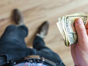 ¿Cómo puedes aprovechar cuando el precio del dólar baja?