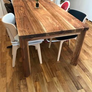 大切にしていた木材で造ったテーブル