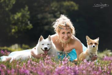Foxy versteht sich auch mit Hunden