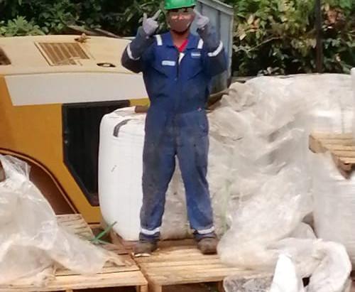Ingeniero de petróleos durante alistamiento de sacos de 2200 lb de polímero previo a la mezcla del fluido de fracturamiento. Departamento del Meta, Colombia. 2019.
