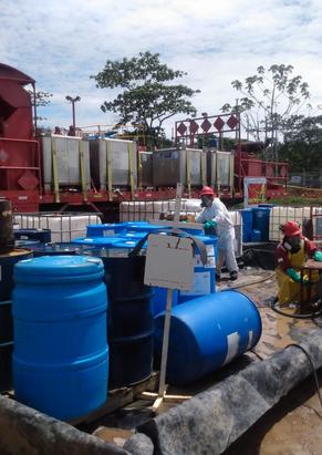Funcionarios durante la mezcla de tratamientos químicos en un campo petrolero colombiano en el departamento del Meta. Abril de 2021.