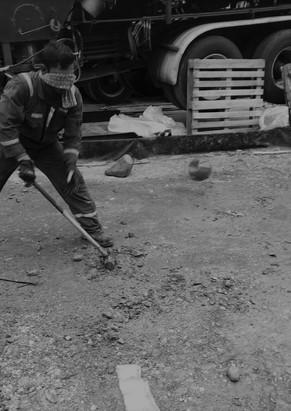 Funcionario durante prueba del macho en un campo petrolero colombiano. 2020