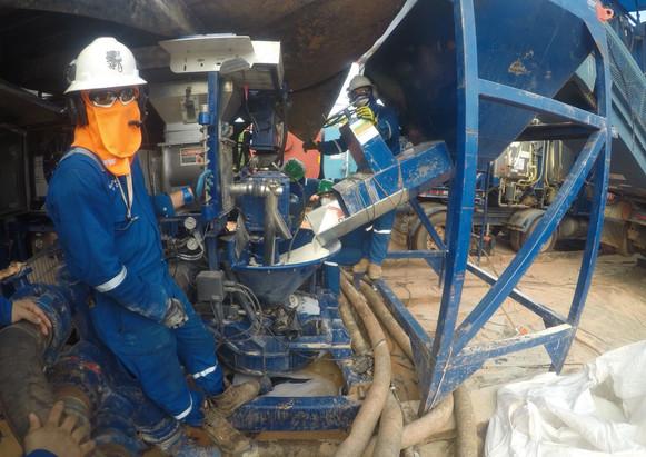 Ingeniero supervisando concentración de apuntalante durante estimulación hidráulica de un pozo en un campo petrolero colombiano. 2019