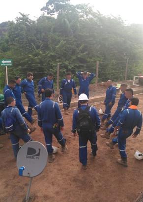 Pausa activa durante jornada laboral en un campo petrolero colombiano en el departamento del Cesar, Colombia. Junio de 2019.