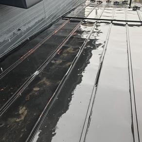 落雪による屋根のへこみ 瓦棒葺きの雨漏り修理 盛岡市