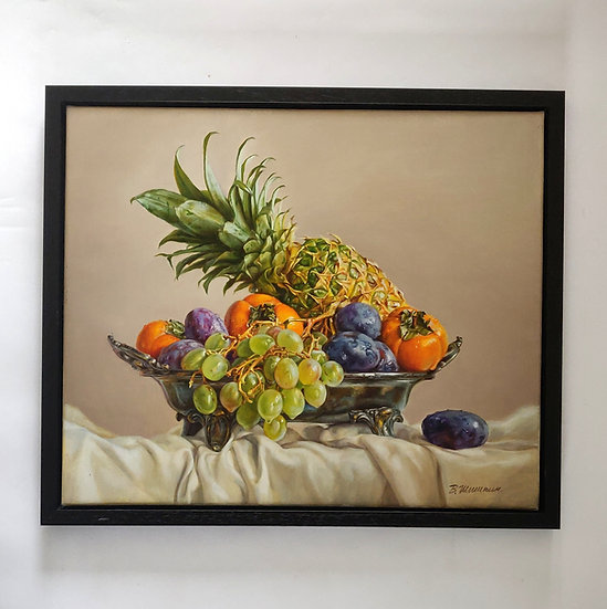 Hyperrealistisch stilleven met fruitschaal met druiven, ananas -  Valery Shishki
