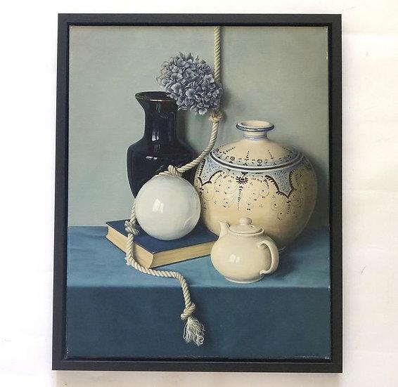 Stilleven met imposante pot, blauwe vaas, bol, theepot en boek
