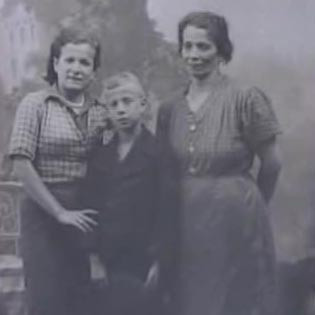 Otto with mother and sister, two days before his departure to the UK, 1939