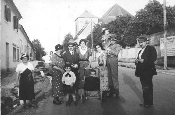 A gathering of the extended family in Eisenstadt in 1934