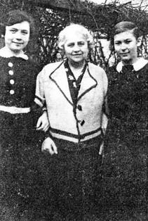 Maternal grandmother Auguste Schallmach (née Bresslau) with her granddaughters Ursula and Gerda in 1932