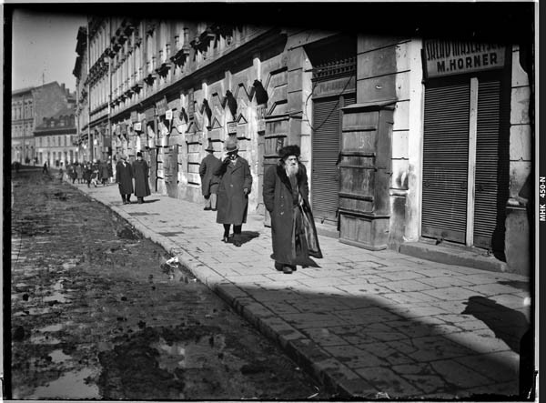 The mud-filled streets of the Jewish quarter in Krakow, 1930s. Photo property of the MHK