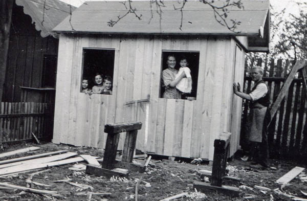 Fürth, 1926. Nanny holds Margarete while nanny's brother builds a shed