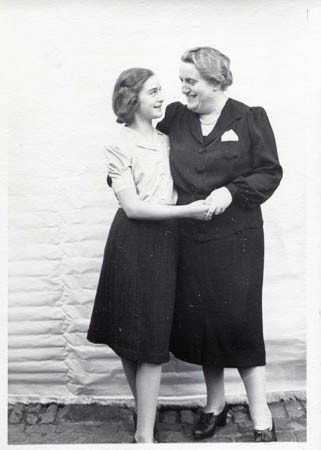 Suzanne and her mother just before leaving Germany
