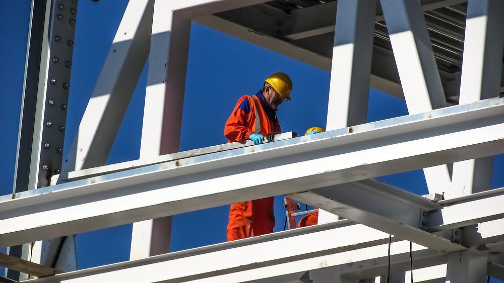 trabalhador da construção civil equipado