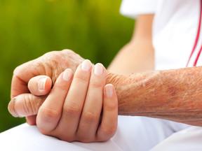 Como prevenir quedas de idosos em casa
