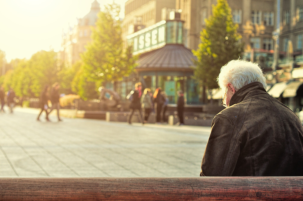 idoso sozinho na praça
