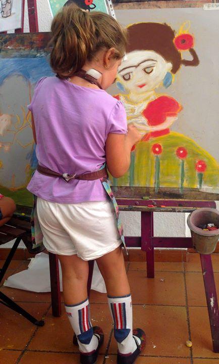 Hoy sábado, Elsa pintando con entusiasmo envidiable. Creativa para todo_ _los calcetines son de papi