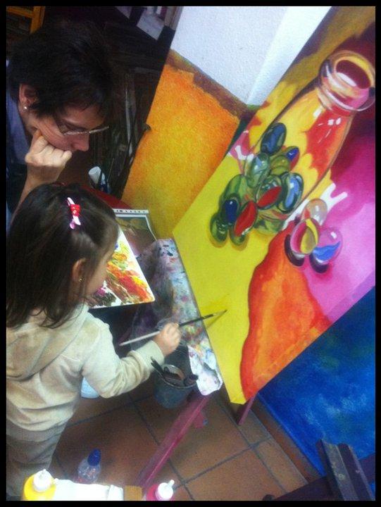 Martina no se pudo resistir a pintar un poco sobre el cuadro de María