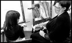 Ternura. Una madre y una hijita aprendiendo a pintar juntas. Momentos muy ricos
