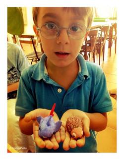 Luis- Con sus dos animalitos realizados en barro sin cocción y pintados. (5 años)