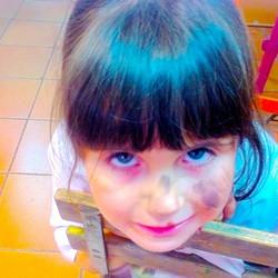 Naiia con la cara llena de pintura, una artista de 4 años. Salvaje, expresiva, feliz y tremendamente
