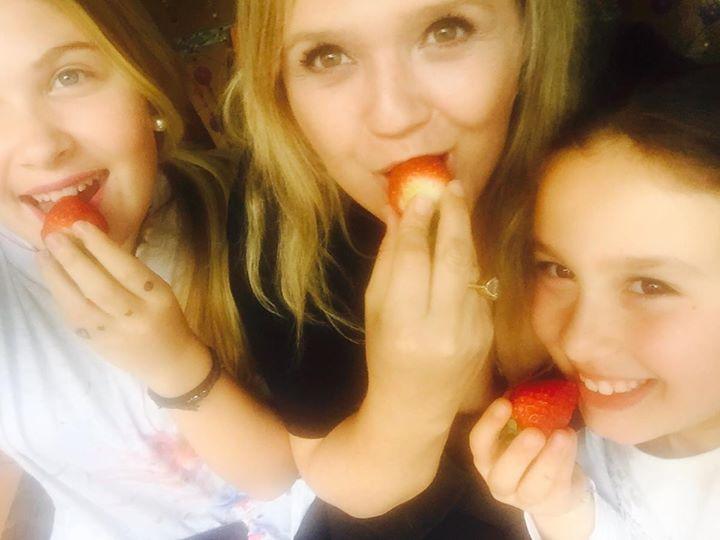 Nuria, yo y Daniela.jpg Comiendo fresas antes de empezar a pintar un viernes hermoso!!