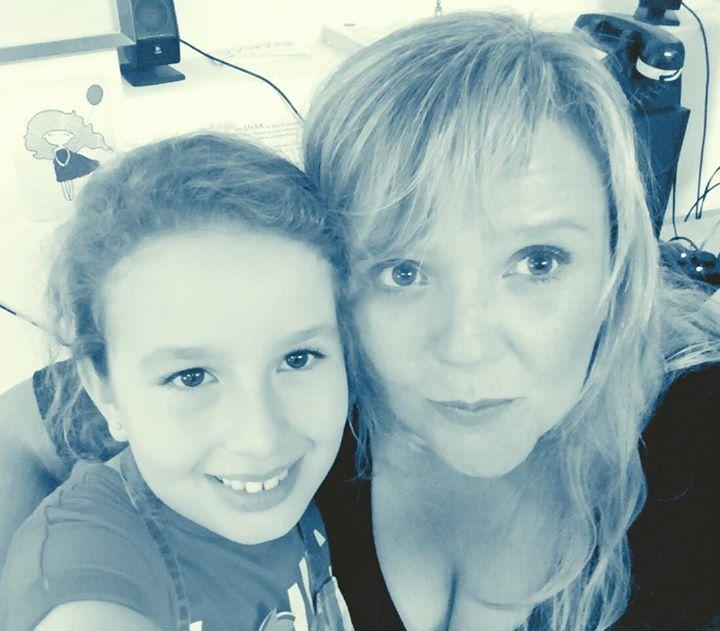 Con Daniela, chiquita aún pero artistas ya.jpg  (7 años)