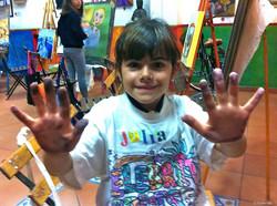 Juliaaaaa!!!!!, enseñándome sus manos llenas de pintura!!!