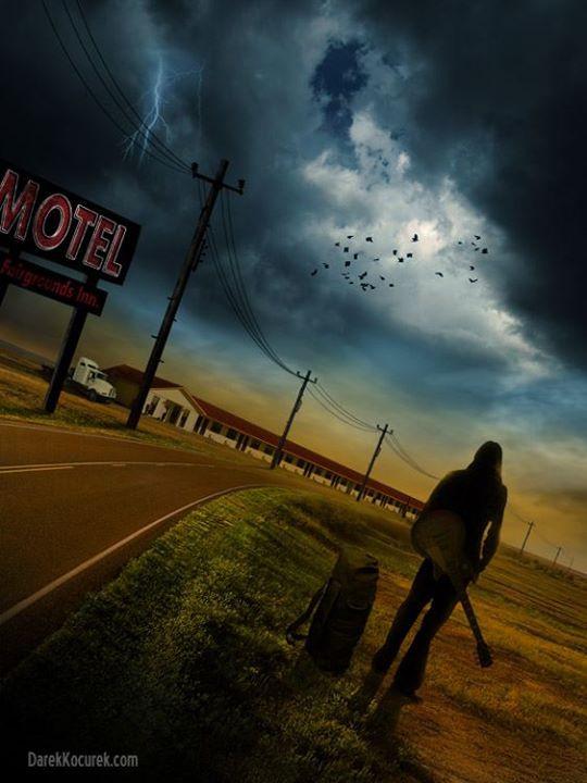 A imagem mostra o protagonista Jamie parado em uma estrada em frente a um motel encarando uma tempestade elétrica que está se formando.