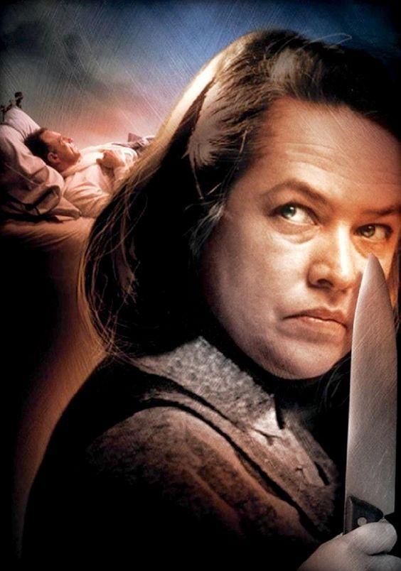 Poster fanart do filme Misery ilustrando a personagem Annie Wilkes segurando uma faca e, atrás dela, Paul Sheldon deitado em uma cama.