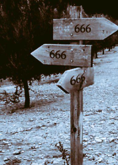 A imagem apresenta uma placa com três setas apontando o número 666 para lugares distintos.