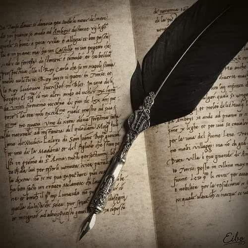 A imagem mostra um livro aberto com as páginas escritas e, sobre ele, uma caneta tinteiro com uma pena negra.