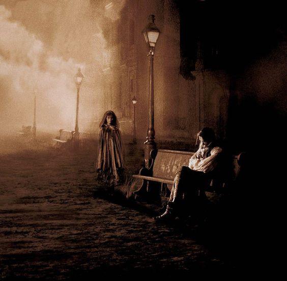 A ilustração representa o vampiro Louis sentado cabisbaixo em um banco, à noite, e Cláudia se aproximando.