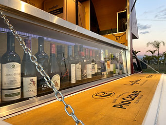 Criação do expositor de vinhos do Winemove truck.