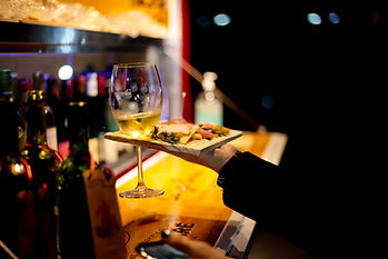 Criação de tábuas de frios colecionáveis com suporte para taça de vinho.