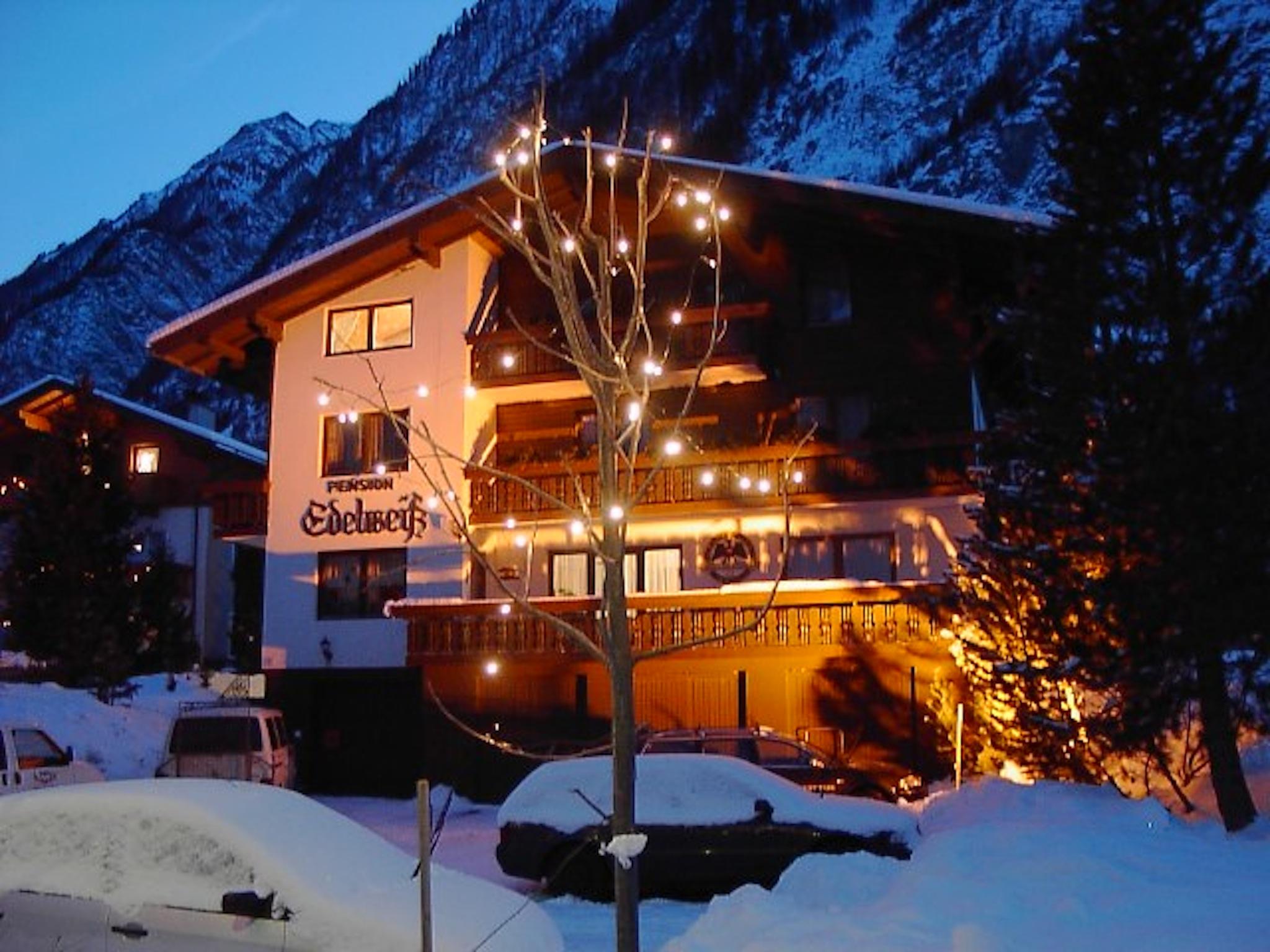 Pension Winter bei Nacht von Rechts mit Blitz