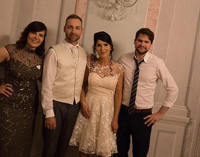 begeistertes Brautpaar mit Sängerin Lydia Militzer und Gitarrist Christian Rosomm