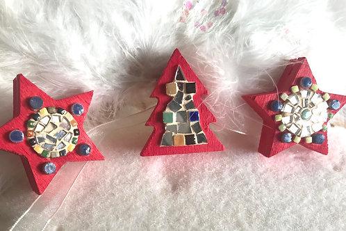Le lot de 3 Décorations de table : 2 étoiles et 1 sapin en bois et mosaïque
