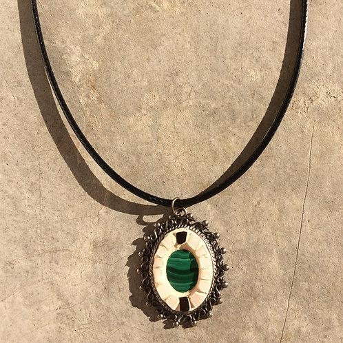 Collier VINTAGE pendentif ovale - mosaïque de terres cuites & Malachite