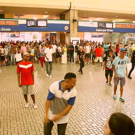 Flash Mob - Beat98 - Claro   Claro e Beat98 iniciam uma campanha de lançamento aliando-se ao febre do Passinho com uma série de ações, começando pela Central do Brasil.