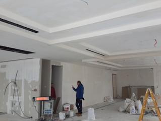 BESA Kule 11. Kat PREFI Ofisi şantiyesinde tavan alçı uygulaması tamamlanıyor.