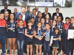 Tutuca entrega moção aos atletas da ginástica de trampolim de Piraí