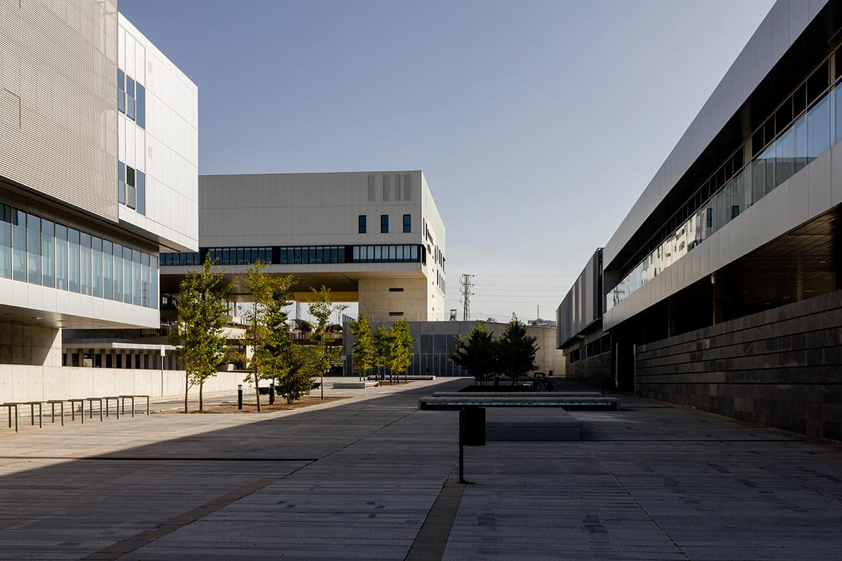 aulario, servicios generales y laborator