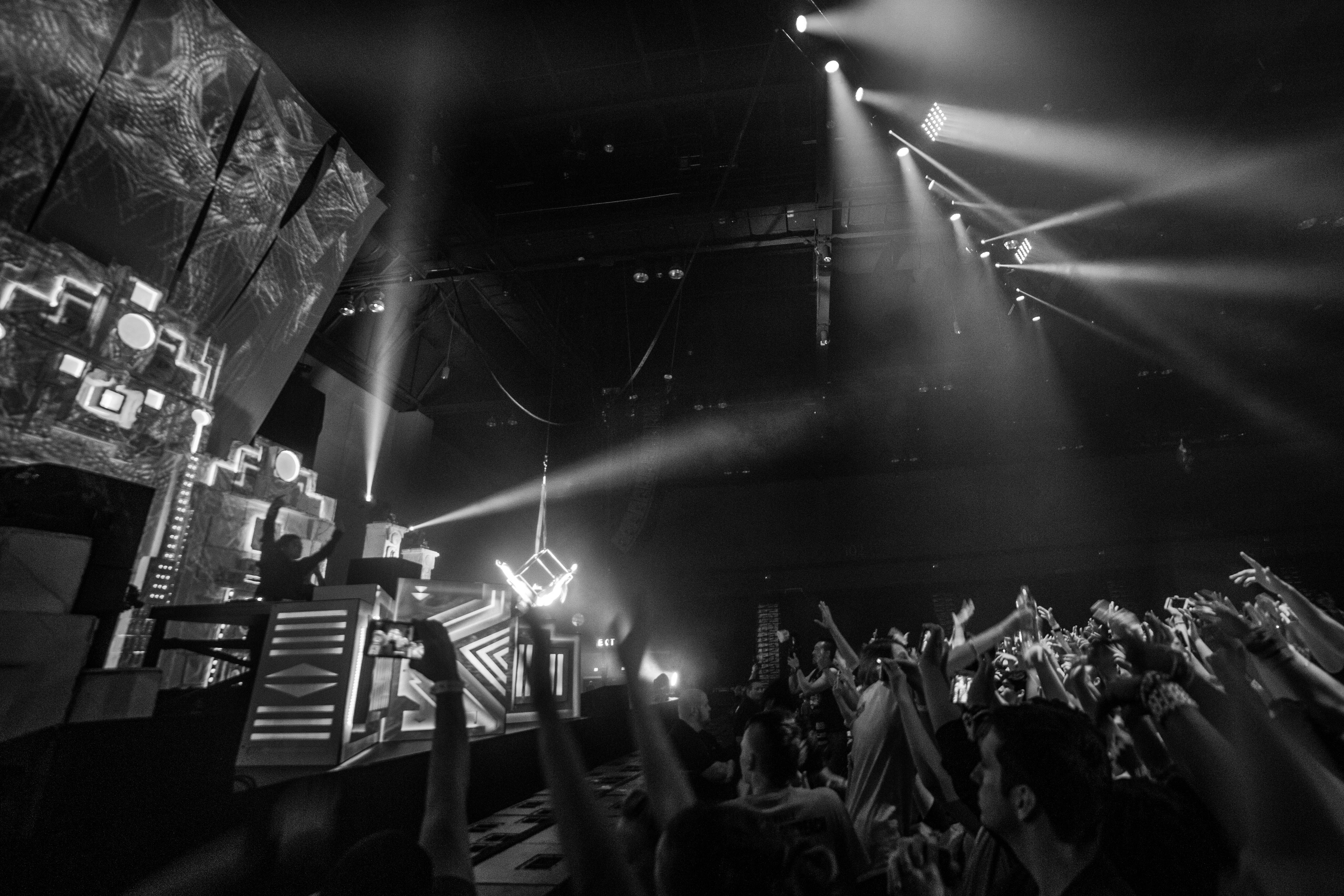 skrillex_stage_wide_bw