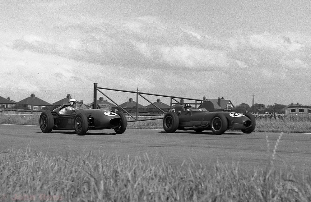 Roy Salvadori (Aston Martin DBR4), Graham Hill (Lotus 16)