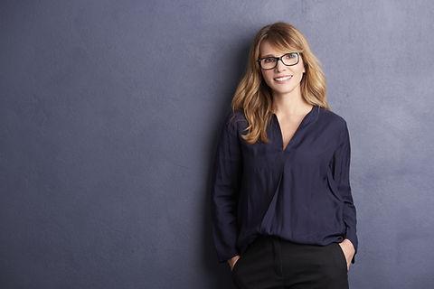 Portrait de femme professionnelle souriante avec des lunettes