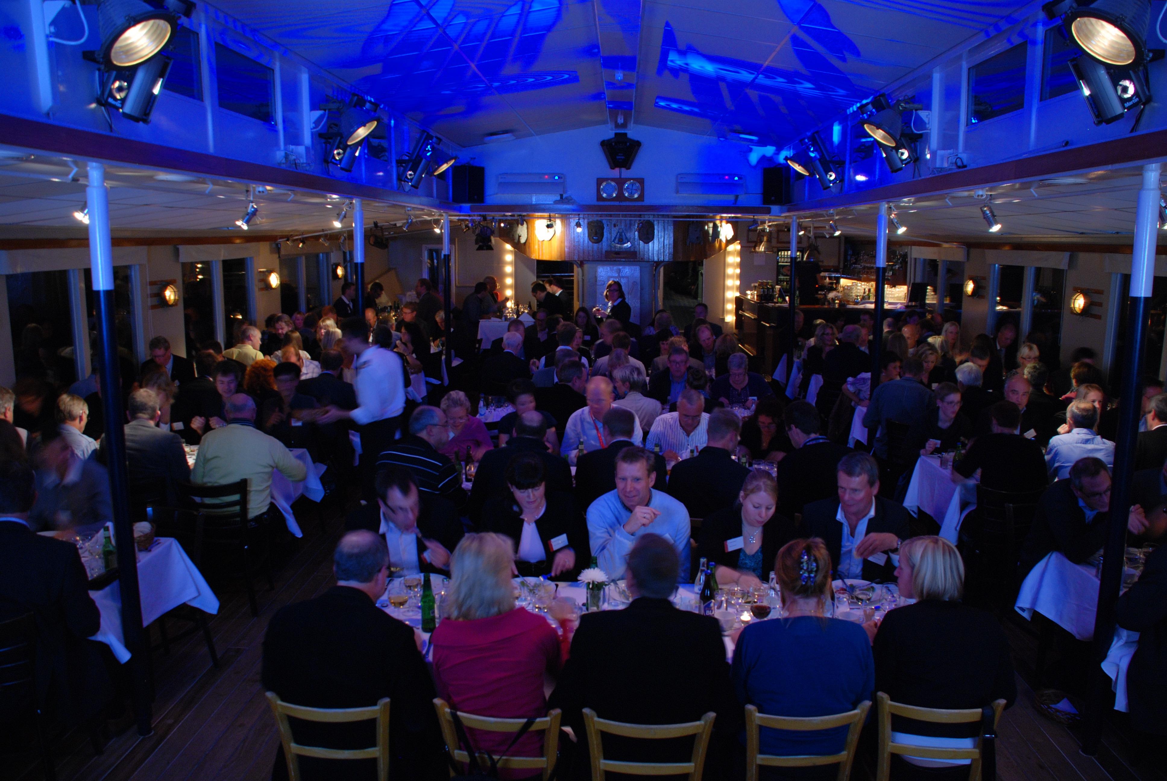 180 personer i stora matsalen